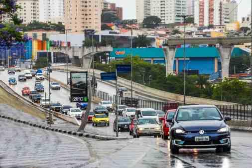 Logo após sair do Centro de Treinamento (que se vê no fundo à direita) a carreata, liderada pelo Luiz Antônio Buozzi pilotando um Golf GTE, sobe a avenida Washington Luis (Foto Divulgação Volkswagen)