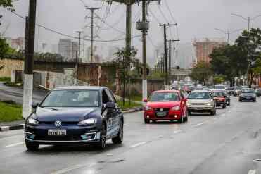 O comboio chega na avenida Bandeirantes, ao fundo os três Fusquinhas selecionados para a Mostra dos Ícones (Foto Divulgação Volkswagen)