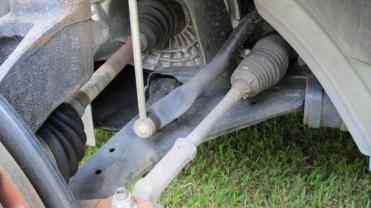 Roda removida permite ver braço inferior em L na dianteira