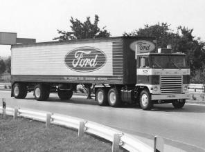O experimento – caminhão Ford série W testado com motor a jato. Note o tamanho dos tubos de descarga (www.bigmacktrucks.com/)