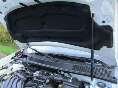 Revestimento fonoabsorvente no capô e mola a gás, itens de carros bem mais caros