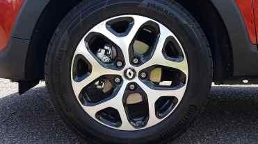 Captur Intense com rodas R17 e pneus 215/60