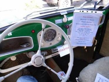 """Detalhe dos cartazinhos que foram colocados de maneira a passar as instruções de uso deste carro """"exótico"""""""