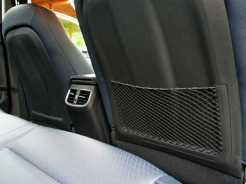 Saída de ar-condicionado para a traseira; rede porta-objetos só na direita, e acabamento plástico no encosto