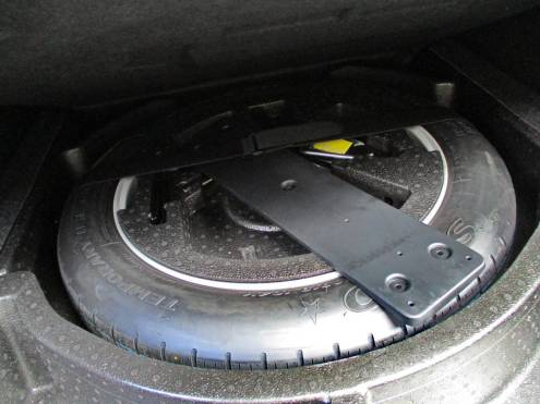 Estepe está presente, mesmo com pneus run-flat; decisão correta