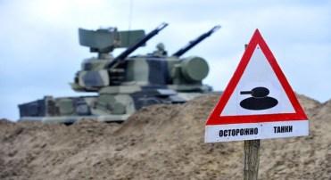 Placa de perigo indica a presença de viaturas armadas perto dos confins da Chechênia (SERGEY VENYAVSKY/AFP/Getty Images)