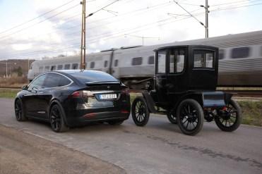 Ao lado de um Baker Electric de 1908 o Tesla Model X parece baixo, mas, o Baker tem uma altura de 2,27 m!