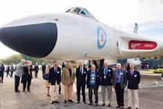 Tony Blackman, quarto da esquerda para direita, em foto recente