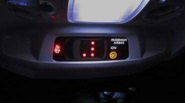 Luzes de indicação de qual cinto está ou não atado.