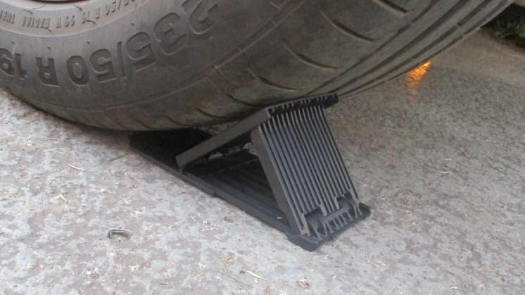Calço de roda dobrável para mais tranquilidade ao trocar pneu