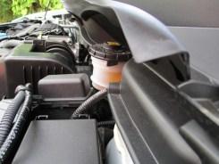 Reservatório do fluido de freio sob a grade de ventilação