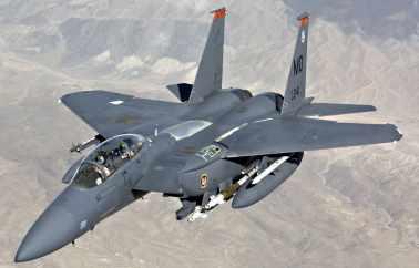 Um F-15E Strike Eagle em voo, armado (Global Defense)