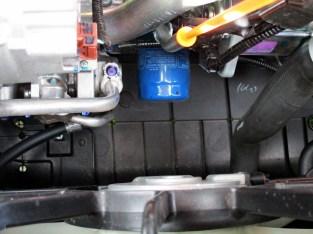 Abaixo do motor, protetor em plástico