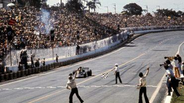 Mario Pati mostra a quadriculada para o vencedor do GP do Brasil de 1973: Emerson Fittipaldi (Foto: formula1.com)