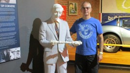 Não pude deixar de tirar uma foto com o grande engenheiro Duntov