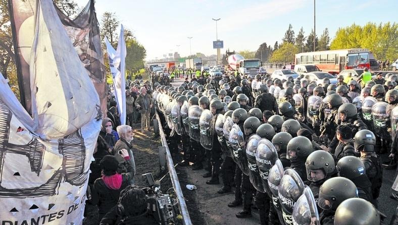 Resultado de imagen para gendarmería reprimiendo