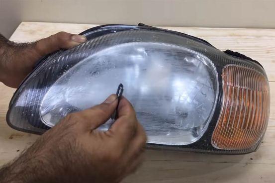 Απομάκρυνση φανών με ξυράφι!  (+ βίντεο)