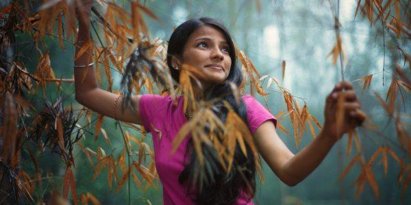 Une femme heureuse marche dans une forêt