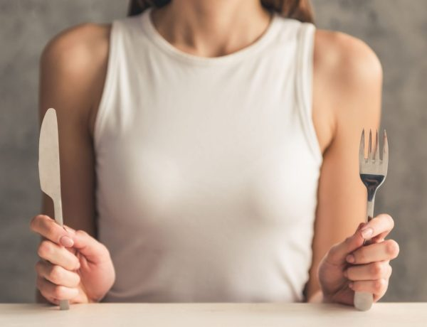 AIP Frau vor leerem Teller