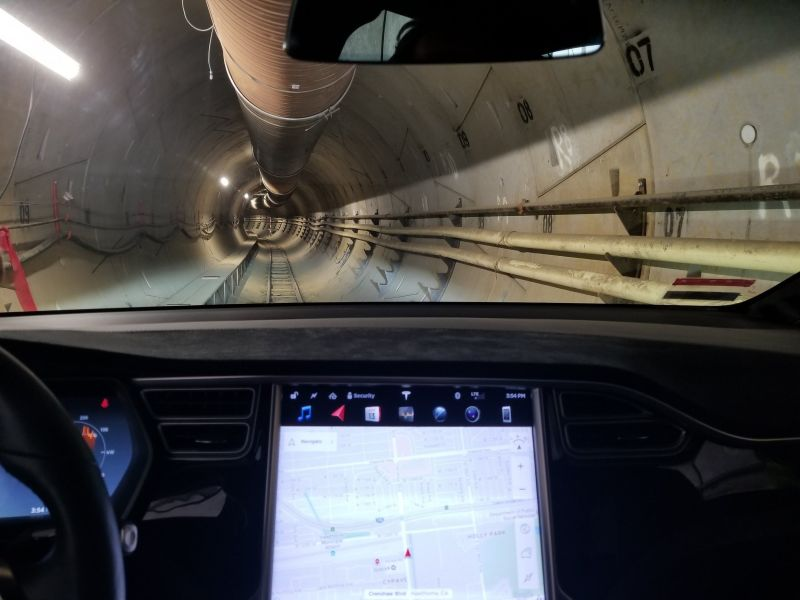 Tesla Model X im Tunnel(innen)