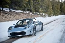 Une Tesla Roadster grise sur la neige