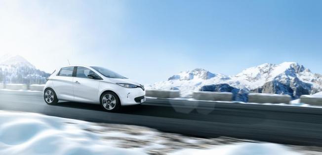 La Renault ZOE, de couleur blanche, sur la route, en dynamique.