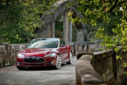 La Model S en rouge, une super berline électrique 7 places