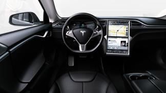 La planche de bord de la Tesla Model S avec son gigantesque écran tactile