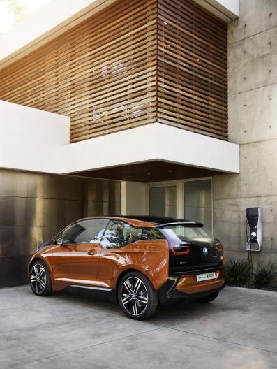 La BMW i3 coupé branchée à la borne de recharge