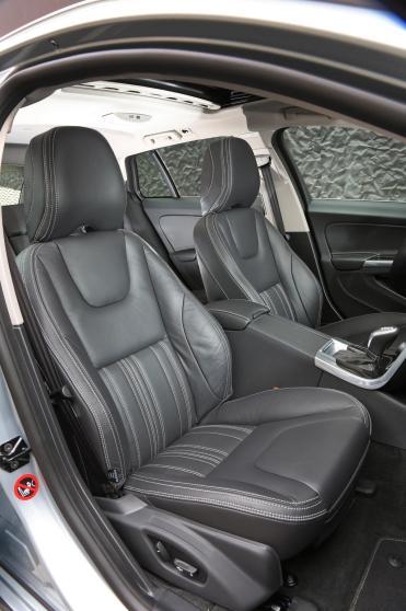 Les deux sièges avant de la Volvo V60 Plug-In Hybrid.