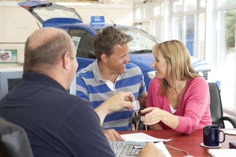 Kunden im Irrglauben beim Autoverkäufer