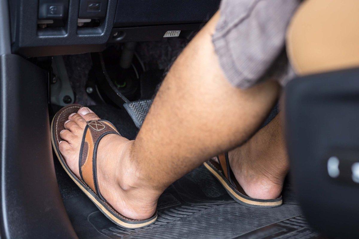 ¿Pueden sancionarme por conducir en chanclas?