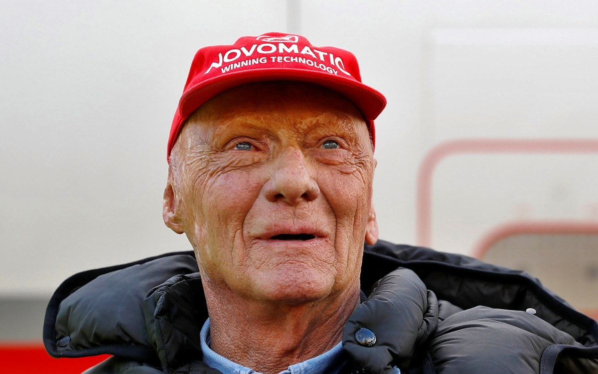 """""""It is with deep sadness that we announce that our dear Niki passed away peacefully on Monday, May 20, 2019, surrounded by his family."""" With those words, the environment of the three-time Formula 1 world champion, Niki Lauda, announced his death. Lauda, a circuit legend in the 1970s and 1980s, narrowly escaped death in 1976 when he was involved in an accident during the German Grand Prix. His car caught fire after a runway exit. It marked the history of his discipline, which he chose against the will of his wealthy father, being meticulous in his preparation and determined at the wheel. Also passionate about aviation, in 1979 he founded his airline, Lauda Air, which was sold to Austrian Airlines in 2002. """"His unique successes, as an athlete and businessman, are and will continue to be unforgettable. His dynamism, tirelessness, his honesty and his Courage continues to be an example and a reference for us, """"said the family. """"Outside of public life, he was a caring and caring husband, father and grandfather. He will be greatly missed,"""" she added."""