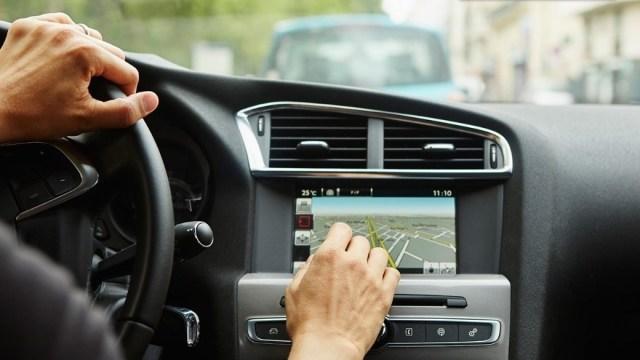 Suvremeni infotainment sustavi u automobilima opasniji od alkohola i droge