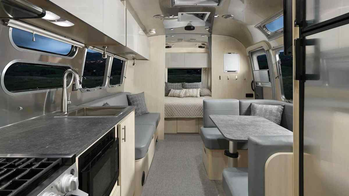 Images and information Airstream Flying Cloud 30FB Office