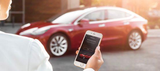Πώς αλλάζει η αυτοκινητοβιομηχανία στα βήματα της Apple