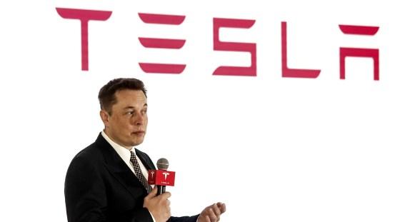 Ο Elon Musk επιβεβαιώνει ότι ήθελε να πουλήσει τον Tesla στην Apple