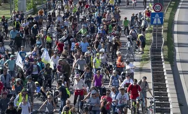 In 25.000 protestano contro il Salone dell'auto di Francoforte