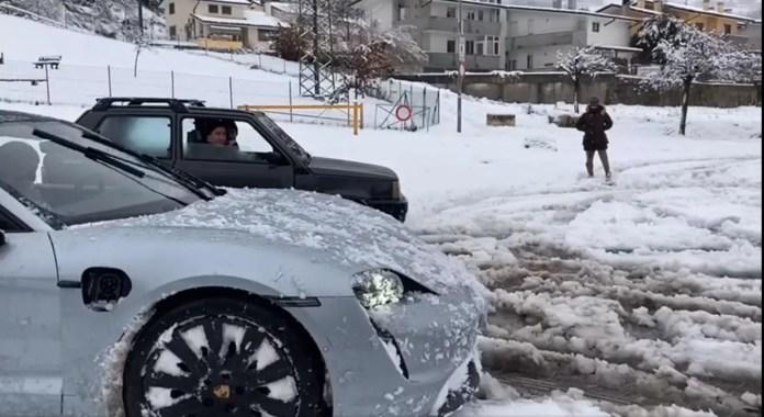 Fiat Panda VS Porsche Taycan, sfida sulla Neve [VIDEO]