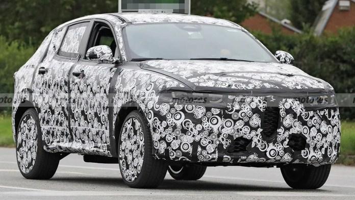 Il nuovo SUV di Alfa Romeo è stato avvistato in pieno giorno e in grande dettaglio. La tanto attesa Alfa Romeo Tonale è stata avvistata durante una serie di prove su strada. Questi scatti spia, oltre a mostrarci come saranno i fari del nuovo SUV italiano, ci danno anche uno sguardo all'interno. L'ultima volta che c'è stato un avvistamento dell'Alfa Romeo Tonale abbiamo avvertito che questo sarebbe successo. E così è stato. Con l'avvicinarsi del momento della sua grande presentazione, Alfa Romeo sta accelerando il ritmo e aumentando il numero di prove su strada, con il conseguente rischio che i prototipi del marchio vengano fotografati. Ancora una volta, il nuovo Tonale è stato catturato alla luce del sole. In questa occasione, i nostri fotografi spia sono stati in grado di prendere una serie molto completa di istantanee che, oltre a dare un'occhiata a tutto l'esterno del veicolo da diverse angolazioni, ci danno anche un assaggio degli interni di un veicolo che è impostato per giocare un ruolo di primo piano nella gamma Alfa Romeo. Alfa Romeo Tonale - foto spia anteriore La nuova Alfa Romeo Tonale è stata ancora una volta fotografata in pieno giorno. Nuove foto spia dell'Alfa Romeo Tonale Il camouflage è il protagonista principale. Purtroppo, rispetto agli avvistamenti precedenti, il prototipo del nuovo Tonale che è stato avvistato è ancora pesantemente coperto. Tuttavia, diverse fotografie, scattate nel momento chiave, hanno rivelato la forma delle luci lampeggianti dei gruppi ottici anteriori. I fari utilizzeranno la tecnologia LED, come ci si aspetterebbe. La parte posteriore è quasi completamente coperta. Tale è l'approccio di Alfa Romeo che anche i cerchi delle ruote sono coperti per evitare di esporre il loro design. Non ci sarà in gran parte nessuna sorpresa per quanto riguarda il design esterno come è stato già anticipato nel concetto di Alfa Romeo Tonale e dovremmo ricordare ancora una volta che un modello di quasi produzione è stato trapelato poco dopo. Per