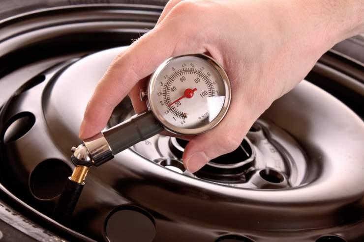 Fotolia_30426171_S Controlli ed operazioni periodiche degli pneumatici per maggiore sicurezza