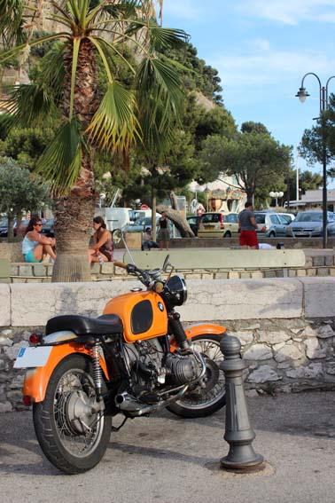 Un flat twin BMW sur le port de Cassis, près des Calanques.