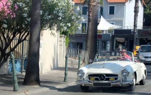 Un coupé Mercedes dans les rues de Cassis - région PACA.