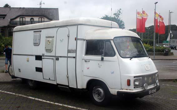 Un joli camping car sur l'autoroute en Allemagne - près de Dortmund.