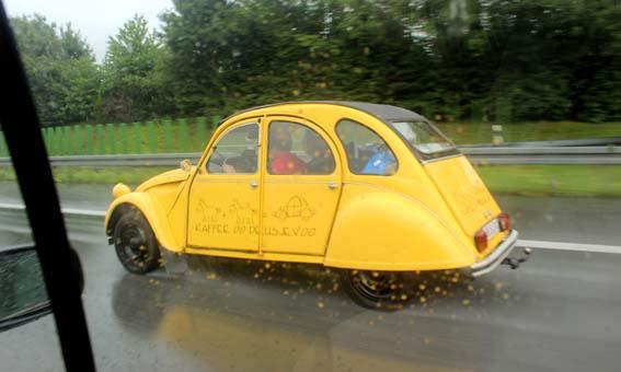 """Une """"deux chevaux"""" sur l'autoroute allemande aux alentours de Bielefeld."""