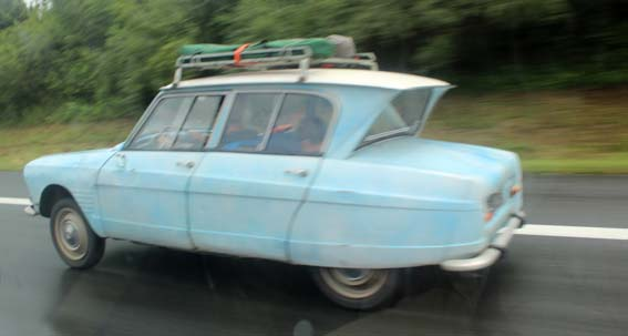 Une Ami 6 copiant outrageusement celle de notre Président du vice, sur l'autoroute allemande au niveau de Bielefeld.