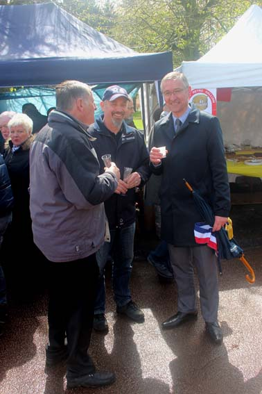 Visite de Mr DASSONVILLE, Maire d'Halluin. Avec le soleil, quelle chance !