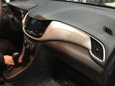Chevrolet Tracker - интерьер салона - кожаная вставка и жесткий пластик