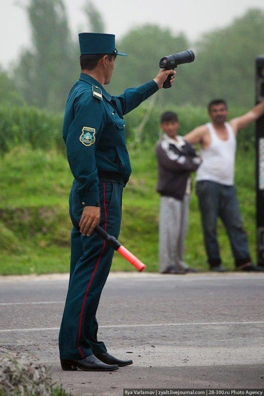 Инспектор ГАИ с радаром в Ташкенте, Узбекистан
