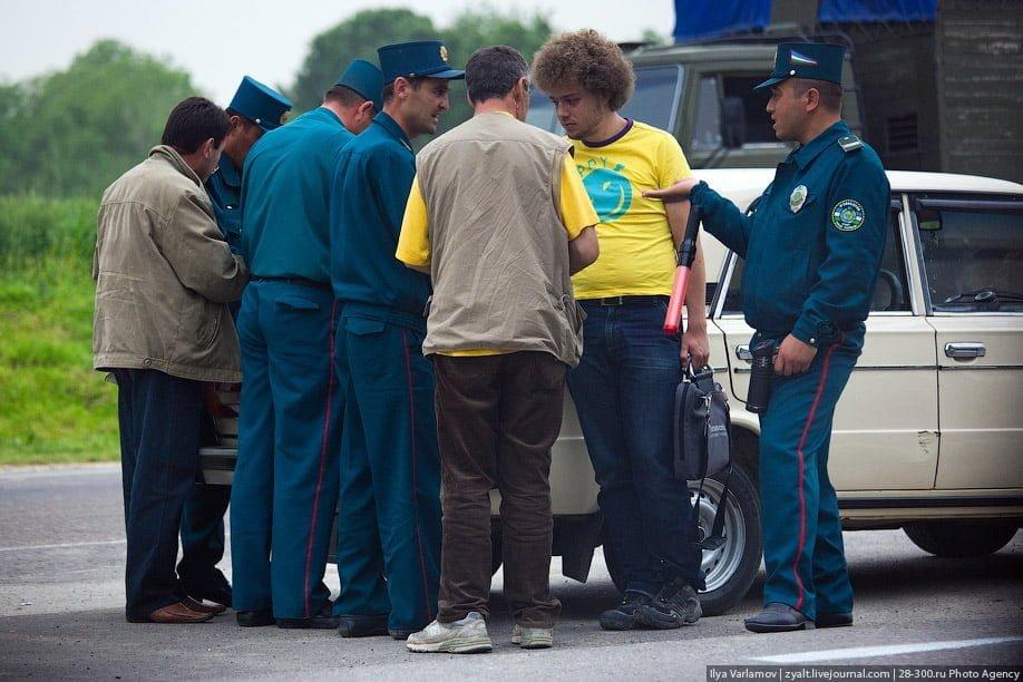 инспекторы ГАИ оформляют туриста за превышение скорости в Ташкенте Узбекистан